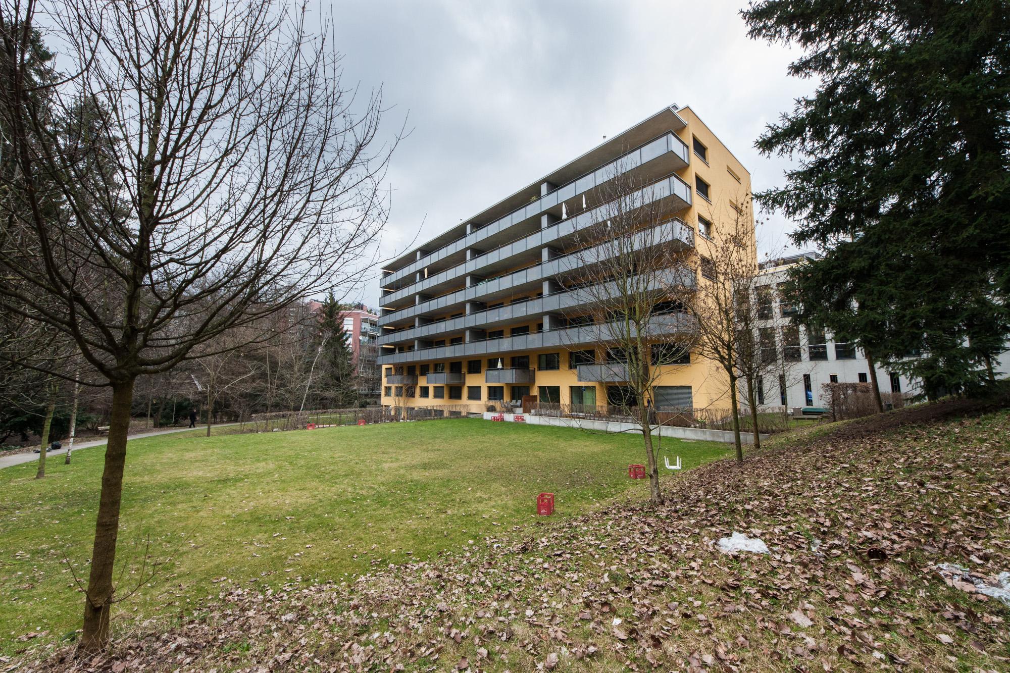 Die MerzGips AG konnte im Herzen von Bern bei der Überbauung Scheurrain Fassadenbau ausführen. Entstanden sind rund 65 mehrheitlich grosse, familienfreundliche Wohnungen. Zudem wurde Platz für Ateliers und Büroräumlichkeiten geschaffen.