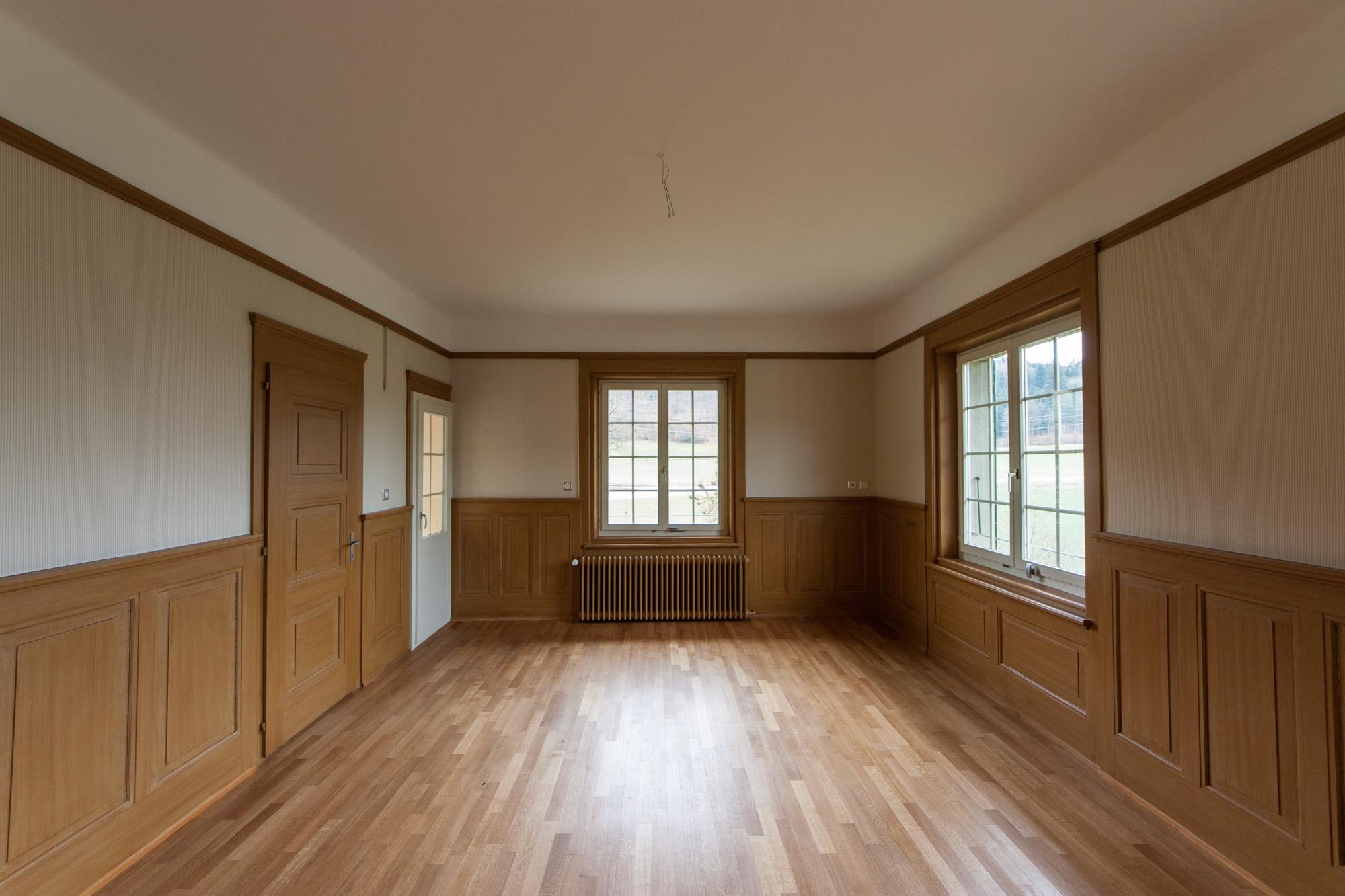 Das geschichtsträchtige Herrenhaus gleich bei der RBS-Station Deisswil ist bereits von aussen einen Blick wert. Im Inneren der Liegenschaft konnte die MerzGips AG Gipserarbeiten ausführen. Die renovierten Räume haben den Charakter der alten Villa erhalten und wurden mit modernen Elementen gepaart.