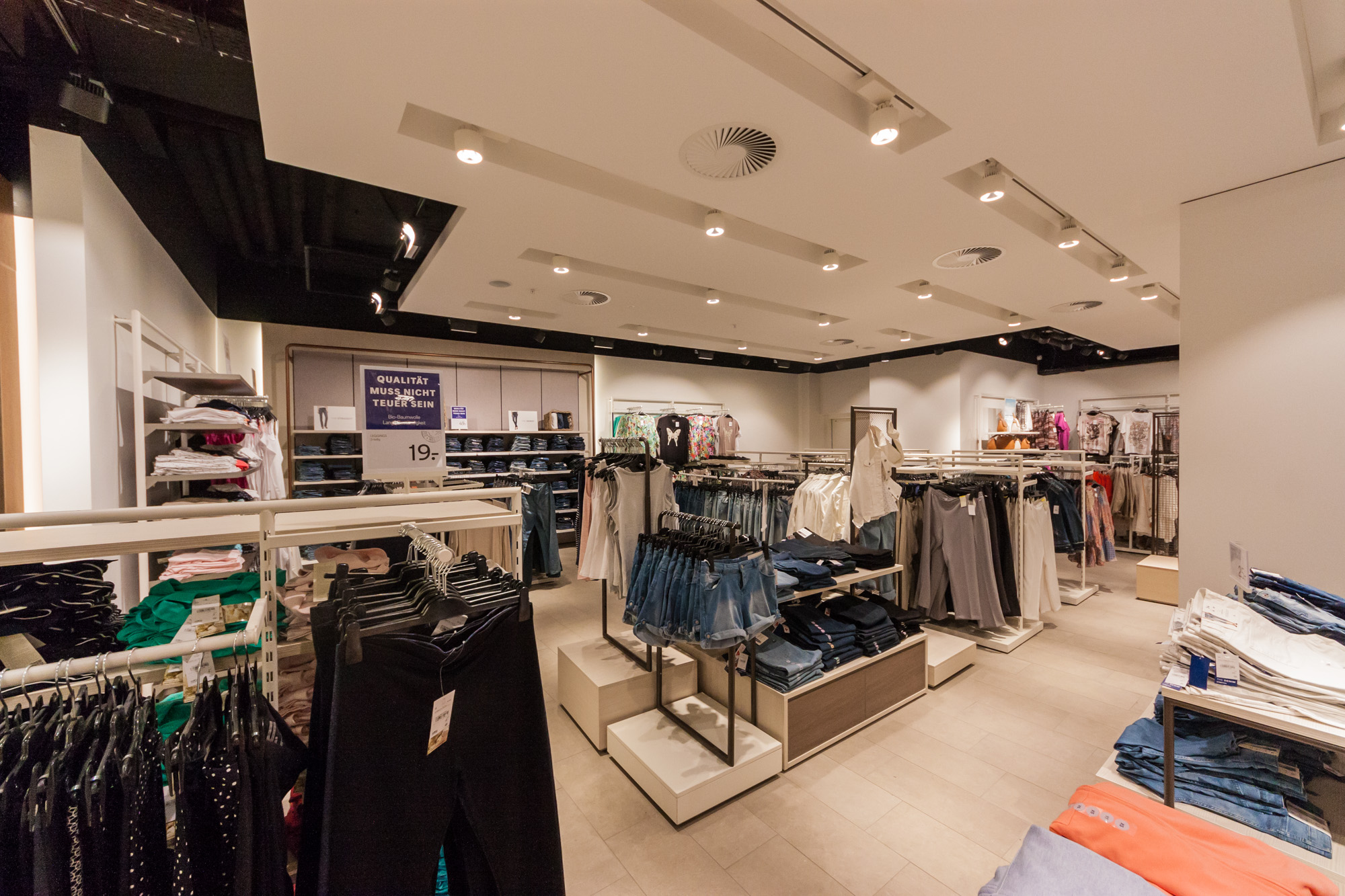 Die MerzGips AG hat im Kleidergeschäft C&A in Bern Trockenbau und Gipserarbeiten ausgeführt. Die Innenräume wurden 2017 renoviert und das Kleidergeschäft kommt im neuen Gewand daher.