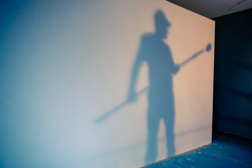 Ein Maler der MerzFarben bei der Arbeit